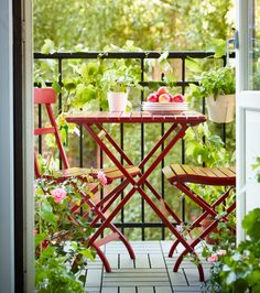 En altan med rødt MÄLARÖ klapbord og klapstole fra IKEA