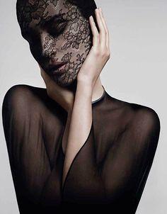 Givenchy a créé l'évènement en créant le masque de soin le plus raffiné : de la dentelle de Calais (by Noyon) pour un soin énigmatique appelé « Soin Noir Masque Dentelle ».