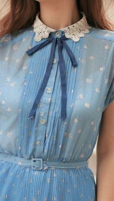 The dress being light springs blue and the tie being darker blue makes the tie stand out more.The two blue colors with the trace of white as a collar is beautifull.Good contrast and looks like a nice s spring-summer style! - details are perfect Pretty Outfits, Pretty Dresses, Mode Style, Style Me, Baby Style, Girl Style, 60s Style, Vintage Outfits, Vintage Fashion