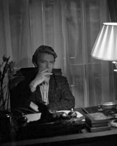 David Bowie smoking and back to work this Monday morning. #davidbowiesmoking #davidbowie #bowie