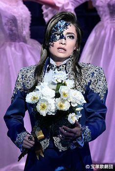 Takarazuka Revue❄SnowTroupe❄Futo Nozomi ♥望海風斗さん♥三井住友VISAカード Phantom Of The Opera, Chain Links, Theatre, Fashion, Moda, Fashion Styles, Theatres, Fashion Illustrations, Theater