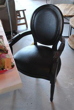 Eetkamerstoel Louis #eetkamerstoel #meubelsenmeer #meubels #en #meer #kroko #zwart #black #interiorstore #interieurwinkel #interieur #winkel #interior