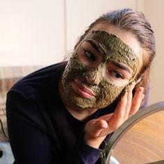 Belebe deine müde Haut mit dem Aroma von frisch aufgebrühtem Kaffee. Geröster Kakao, Vetiver und Korianderöl verschmelzen, um einen verführerischen Duft zu kreieren. Es ist so gut, dass du es überall anwenden solltest. Auf Gesicht und Körper auftragen, 10-15 Minuten einwirken lassen und mit warmen Wasser wieder abwaschen.