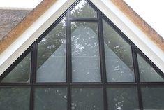 SunSquare® binnen toegepast als maatwerk raamverduistering Triangle Window, Curtains With Blinds, Home Projects, Ramen, Loft, Windows, Curtain Ideas, Modernism, Window Glass