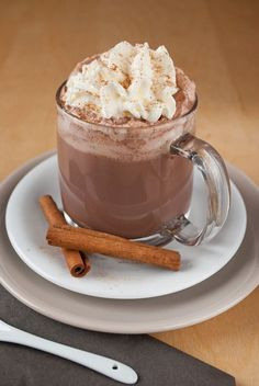 Creamy hot chocolate with Cremige heiße Schokolade mit Zimt When the days get colder, one thing is inevitable for me: hot chocolate! It is simply wonderful to sit on the couch with a large cup of hot chocolate with lots of cream… - Easy Drink Recipes, Yummy Drinks, Cocktail Recipes, Baking Recipes, Winter Drinks, Winter Food, Christmas Drinks, Christmas Desserts, Vegetable Drinks