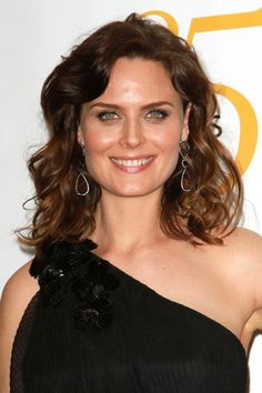Emily Deschanels shoulder-length hairstyle