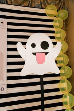 The cutest emoji party! The details of this party are absolute emoji perfection! Emoji Decorations, Birthday Decorations, 14th Birthday, Birthday Parties, Snapchat Birthday, Snapchat Cake, Instagram Party, Party Themes, Party Ideas