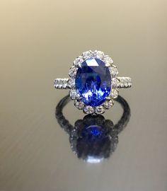 Collection de Designs de DeKara  Bague de fiançailles saphir Halo extrêmement élégant d'inspiration art déco.  Métal - 90 % de platine, 10 % dIridium.  Pierres-1 ovale Ceylan bleu saphirs 5,75 Carats, 26 diamants ronds couleur F-G VS1 clarté 1,10 Carats.  Taille - 6 3/4.  Un incroyable Art déco inspiré Ceylan Halo saphir bleu diamant Engagement. L'anneau dispose d'un magnifique saphir bleu de Ceylan qui est dynamique, fougueux, avec e belle couleur, et est presque 6 carats pesant à 5,75…