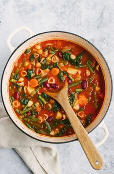 Vegetarian minestrone soup packed with veggies like celery, carrots, green beans and spinach and simmered in a flavorful, Italian seasoned tomato broth. Use your favorite noodles in this minestrone soup recipe and pack in the protein with kidney beans! Delicious with a sprinkle of parmesan cheese and a side of garlic bread. #minestrone #soup #healthylunch #healthydinner #souprecipe #vegetarian #vegan Classic Minestrone Soup Recipe, Vegetarian Minestrone Soup, Olive Garden Minestrone Soup, Soup Recipes, Dinner Recipes, Vegetarian Recipes, Recipies, Vegan Soups, Kitchen Recipes