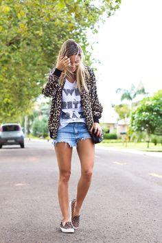Como usar shorts jeans: a peça mais democrática do guarda roupa. Short jeans, jeans, look com short, look short jeans rasgado.