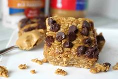These No Bake Peanut Butter Oatmeal Bars are the perfect quick breakfast or afternoon snack. Healthy and delicious! 2 cups peanut butter 1 cup honey 3 cups old fashioned oats 1 teaspoon vanilla cup Chocolate chips Healthy Afternoon Snacks, Yummy Healthy Snacks, Yummy Food, Vegan Snacks, Healthy Recipes, Sweet Recipes, Snack Recipes, Dessert Recipes, Bar Recipes