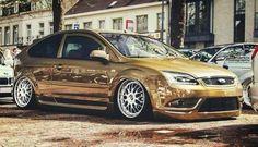 Golden Ford Focus - big rims, mix of ST & CC versions