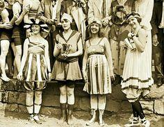 1932'de Istanbul Boğazı'nı yüzerek geçen ilk kadın Pakize Tarzi, aynı zamanda Türkiye'nin ilk jinekoloğu, ilk özel kadın doğum kliniği kurucusudur.