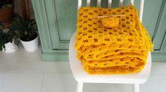 45 cadeaux de Noël à faire soi-même • Hellocoton Plaid Au Crochet, Crochet Diy, Crochet Home, Plaid Laine, Diy Cadeau Noel, Bonnet Crochet, Creations, Beanie, Blog