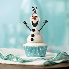 Olaf the Snowman Cupcakes - Do you want to build a snowman? Now you can, anytime — using buttercream icing and fondant for an Olaf the Snowman from Frozen Cupcake! Olaf Cupcakes, Snowman Cupcakes, Cute Cupcakes, Frozen Cupcakes, Olaf Cake, Snowman Cake, Winter Cupcakes, Bolo Frozen, Torte Frozen