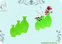 Vasos feitos em acrílico verde, super estilosos. Vases in green acrylic, very stylish.