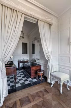 Salons Violet, Restaurant, French Chateau, Curtains, Photos, Home Decor, Home Decoration, Small Flats, Two Year Olds