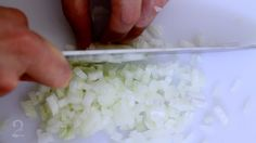 Como cortar e picar cebolas - http://gourmetadois.com/tecnica/como-limpar-e-cortar-alho-poro-86.html