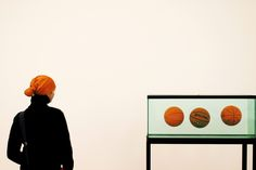 "Jeff Koons' ""Three Ball Total Equilibrium Tank"" photographed by Matt Stuart History Of Photography, Photography Projects, Color Photography, Creative Photography, Tate Modern Art, Jeff Koons, Street Photographers, Magnum Photos, Art Inspo"