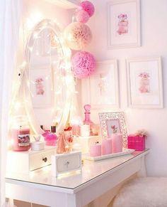 TOCADOR DECORADO EN COLOR ROSA PARA LA JOVENCITAS Hola Chicas!!! A todas las mujeres nos gusta tener un tocador  en nuestra habitación para tener organizado nuestro maquillaje, perfumes y tratamientos de belleza