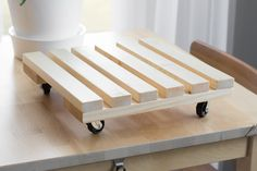 Learn how to build a DIY rolling plant caddy. Building an easy rolling plant stand is an easy way to keep large plants mobile. Woodworking Diy Gifts, Popular Woodworking, Woodworking Projects, Woodworking Plans, Plant Stand With Wheels, Diy Plant Stand, Diy Furniture Dolly, Table En Bois Diy, Minwax Wood Stain