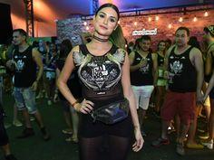 Thaila Ayala usando pochete no Carnaval 2017.