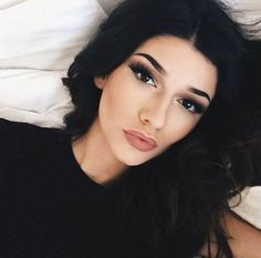 makeup ON POINT! Those eyebrows those lips that contour!!!