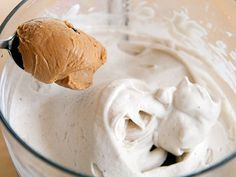 Een recept om op een verfrissende manier te herstellen: Ingrediënten: 1 scoop Ekopura organic whey protein 1 eetlepel pindakaas 1 handje walnoten 1 snufje geraspte kokos Mix één scoop Ekopura met een bevroren banaan en een eetlepel pindakaas in de keukenmachine. Voeg een handje walnoten toe plus een snufje geraspte kokos en je eiwitrijke bananenijs...  Read more »