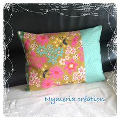 Coussin en tissu japonais à fleurs et pois dorés : Textiles et tapis par nymeria-creation