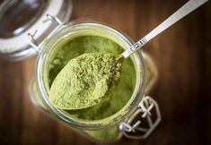 Moringa Powder - It's time to ditch the caffeine in favor of a healthier and more natural energy booster. Moringa powder could be just what you need, and here's why. Spirulina, Moringa Recipes, Nutribullet Recipes, Sante Bio, La Constipation, Superfood Powder, Acide Aminé, Energy Boosters, Moringa Oleifera