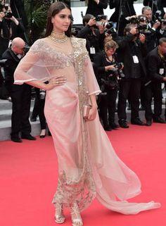 A atriz indiana Sonam Kapoor escolheu um vestido tradicional de Annamika Khanna Foto: BERTRAND LANGLOIS / AFP