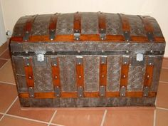 Baúles antiguos y modernos | Hacer bricolaje es facilisimo.com Trunk Furniture, Diy Furniture, Outdoor Buildings, Vintage Trunks, Old Suitcases, Steamer Trunk, Wood And Metal, Decoration, Home Projects