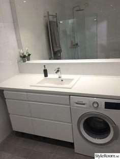 """I maj påbörjade vi vår renovering av vår nyinköpta lägenhet. Fredagen 9/9 förklarade de badrummet som """"färdigt"""" här kommer före & efterbilder! (Handdukstorken ska vi sätta upp + tvättmaskin ska in, kommer uppdaterade bilder när den är uppe)."""