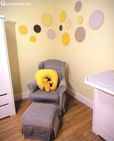 Quarto de bebê amarelo e cinza chevron. Na foto a poltrona de amamentação é de camurça cinza e almofada amarela.
