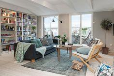 décoration salon cosy gris et vert sage avec tapis à effet vieilli et coussins