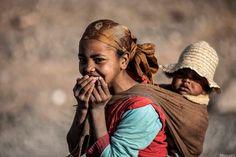 Una madre con su hijo que a pesar de su pobreza no pierden la esperanza