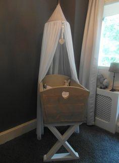 Zou u ook zo een lief wiegje in u babykamer willen, neem dan contact met ons op, www.ikwilsteigerhout.nl