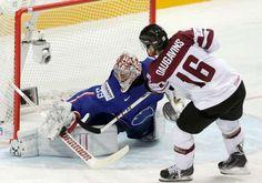 Frankreichs Cristobal Huet hält den Penalty von Lettlands Kaspars Daugavins.