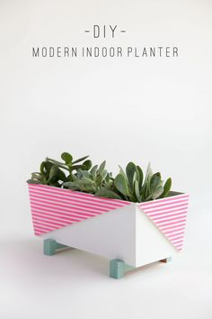DIY modern indoor planter made from a plain IKEA planter, perfect for succulents or cactus Ikea Planters, Modern Planters, Indoor Planters, Diy Home Decor Projects, Craft Projects, Ideas Geniales, Decoration Table, Diy Party, Diy Tutorial