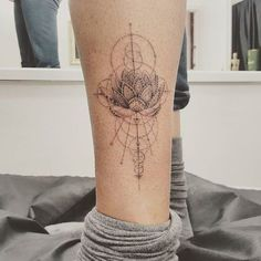 Single needle design by dr woo . Flower Hip Tattoos, Line Art Tattoos, Arrow Tattoos, Feather Tattoos, Body Art Tattoos, Sleeve Tattoos, Dr Woo Tattoo, Tattoo Son, Back Tattoo