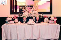 שולחן ממתקים בוורוד לבן שהוצב על רחבת הריקודים https://www.facebook.com/mamtakim1