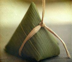 wrapped with banana leaf Rice Packaging, Food Packaging Design, Japanese Packaging, Organic Snacks, Japanese Culture, Japanese Food, Dog Recipes, Wabi Sabi, Food Design