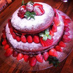 Hoje vamos de sobremesa, que é um dos meus assuntos preferidos na cozinha. Aproveitando o clima de aniversário da semana passada, resolvi compartilhar com vocês essa receita de Naked Cake. O naked cake (ou bolo pelado) é o assunto da moda e virou febre nas festas de aniversário e casamento no Brasi