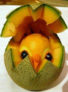 sculpture sur fruit - poussin dans un œuf en melon et pamplemousse