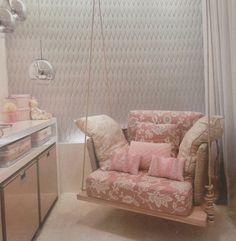 Poltrona de amamentação suspensa, presa no teto em tons de rosa e cinza e luminárias modernas