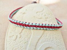 Schlichtes Armband in Makrameetechnik geknüpft in den Farben dunkelrot und hellblau (32a/16).   Das Armband kann auf beiden Seiten getragen werde...