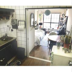 chiikokoさんの、パリのアパルトマンに憧れる,IKEAのテーブル,ミックススタイル,窓枠DIY,サボテン,キッチン DIY,一人暮らし,マスキングテープ 壁,DIY,海外インテリアに憧れる,ネイビー,縦長の部屋,手作りキッチンペーパーホルダー,マンション,リメイクシート キッチン,賃貸,狭い部屋,1K,ダイニングテーブル,部屋全体,のお部屋写真