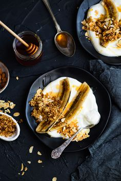picante-jalapeno.blogspot.com: Zdrowy deser - karmelizowane banany z jogurtem, granolą i płatkami migdałów Granola, Menu, Summer, Beautiful, Food, Menu Board Design, Summer Time, Essen, Meals