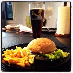 Kotona tehty hampurilaisateria Hamburger, Ethnic Recipes, Food, Essen, Burgers, Meals, Yemek, Eten