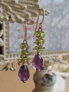 Striking color combination and what a great buy! Pendientes de la gota de la Cadena de peridoto y amatista | Handmadeology Market